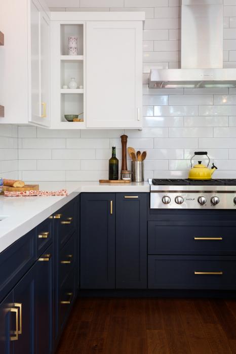 Контрастная пара оттенков является наиболее ярким и выразительным в кухонном интерьере.