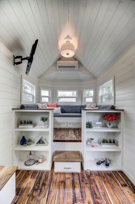 Оформленная в современном стиле гостиная комната должна быть просторной и в то же время уютной.