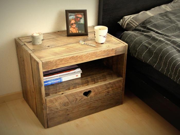 Правильно подобранная прикроватная тумбочка из недорогой древесины выглядит с кроватью единым ансамблем.