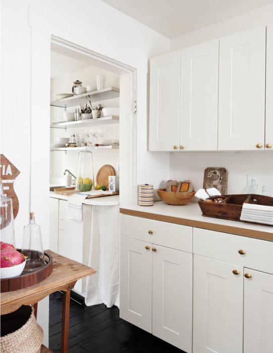 Необычное, стильное и практичное решение для обустройства небольшой кухни светлого оттенка.