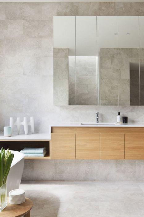 Большие стекла и мраморные поверхности будут визуально увеличивать небольшое пространство ванной комнаты.