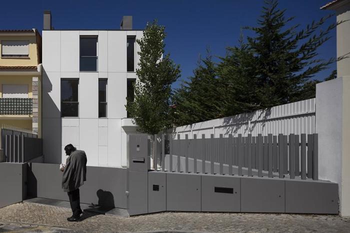 Необычный забор из поливинилхлорида, который был спроектирован профессиональными дизайнерами.