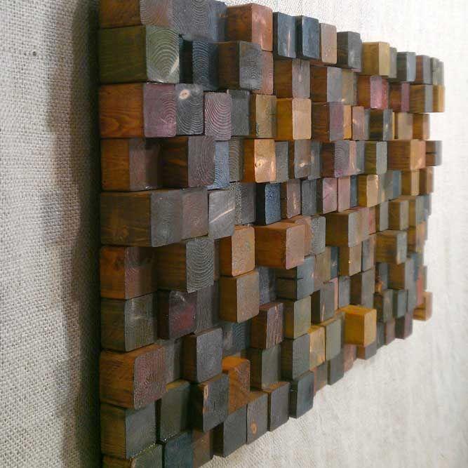 Настенное панно из деревянных брусков станет настоящей изюминкой в интерьере гостиной комнаты.