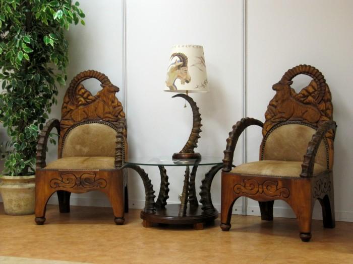 Резные деревянные кресла – это трендовая классика, которая никогда не выйдет из моды.