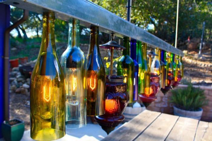 Садовые светильники своими руками из стеклянных бутылок - идеи для создания вечернего освещения на дачном участке.