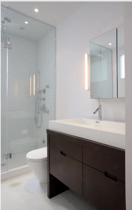 При использовании классической керамической плитки в ванной комнате, нужно стараться покупать прочный материл светлого оттенка.