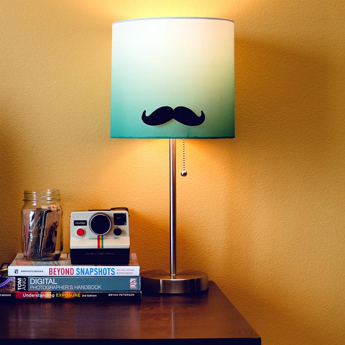 Обычный настольный светильник, который можно превратить в ультрамодную вещицу с помощью простой традиционной градиентной покраски и необычных наклеенных усов.