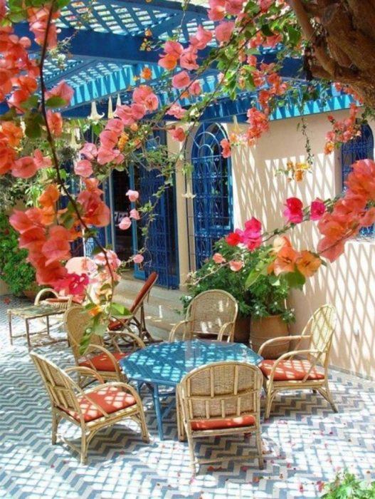 Даже в небольшом дворике можно найти место для уютного дачного патио.