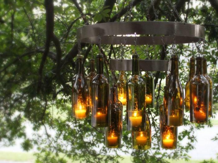 Классическая люстра в готическом стиле, которая состоит из металлического каркаса и простых винных бутылок.