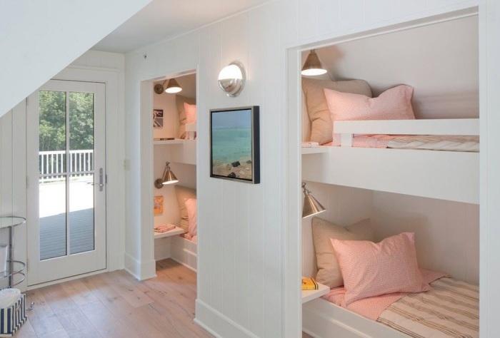 Комфортабельные одноместные кровати, расположенные в глубоких деревянных нишах - это прерогатива смелых и креативных личностей.
