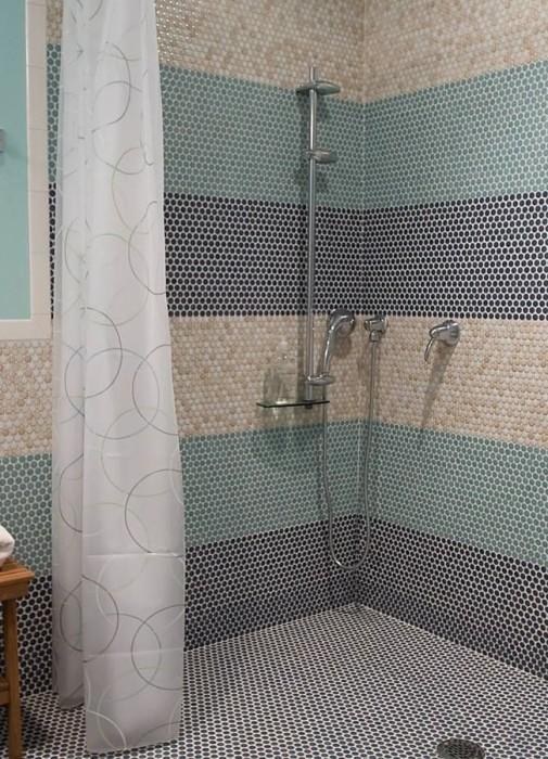 Удивительный эффект может создать микс мозаичной плитки разных цветов и оттенков в интерьере ванной комнаты.