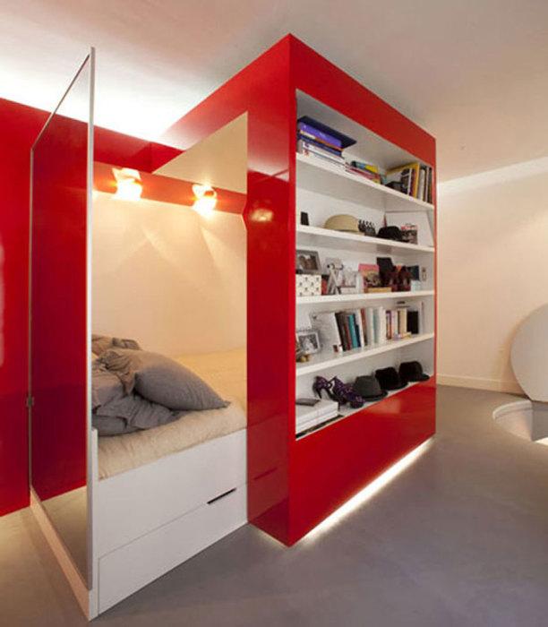 Многофункциональная стенка с выдвижными модулями для маленькой квартиры-студии.