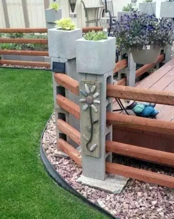 Необыкновенное ограждение, которое можно создать из шлакоблоков и деревянных досок, позволит правильно зонировать пространство на дачном участке.