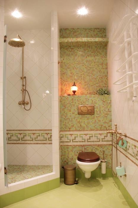 Ещё один классический пример стильной ванной комнаты с контрастной мозаичной плиткой в интерьере.