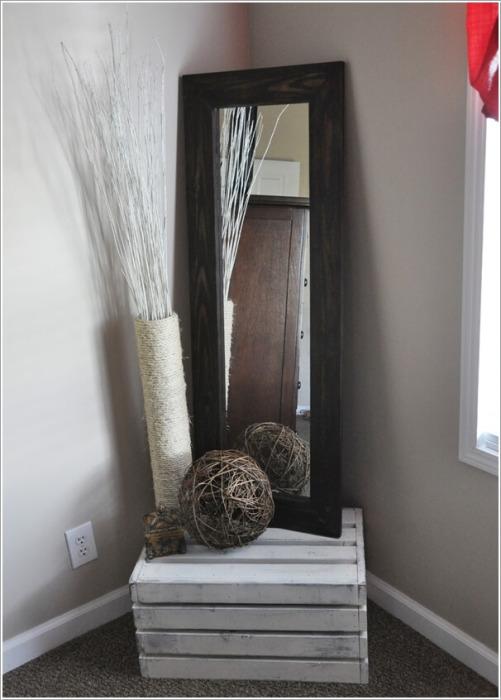 Если поместить зеркало в один из углов гостиной комнаты, это поможет визуально расширить пространство.