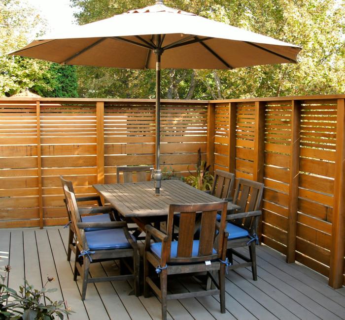 Классическая полупрозрачные конструкции из деревянных реек разного размера.