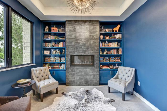 При грамотном подходе, гостиная комната, оформленная в голубых тонах, будет выглядеть очень свежо и по-настоящему современно.