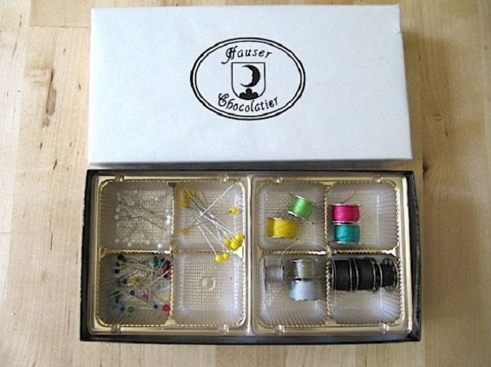 Обычная коробка из-под шоколадных конфет, которую легко трансформировать в место для хранения швейных принадлежностей.