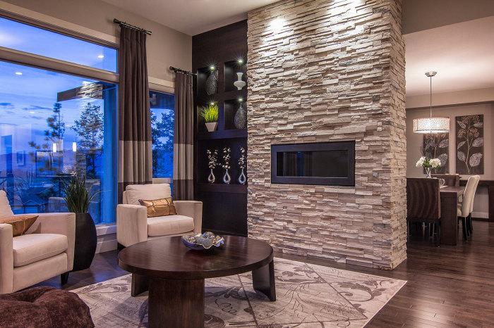 Классическое использование декоративного камня в интерьере гостиной комнаты.