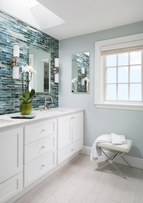 Просторная светлая ванная комната с необычной керамической плиткой.