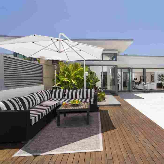 Эффективное и привлекательное обустройство места для отдыха на территории небольшого двора.