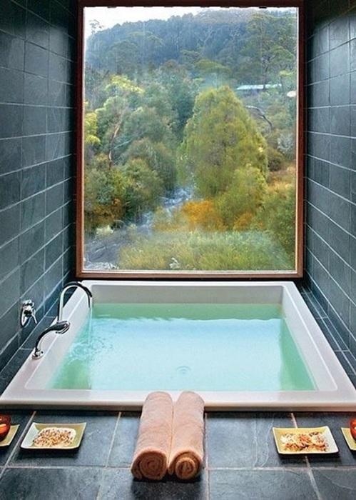 Фантастический интерьер ванной комнаты с панорамным видом.
