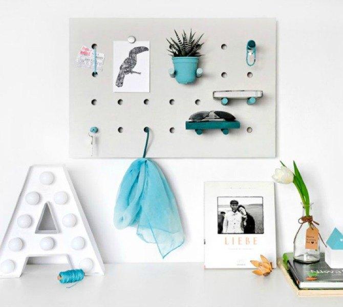 Настенная вешалка с деревянным основанием может размещаться не только в прихожей, но также в ванной комнате и на кухне.