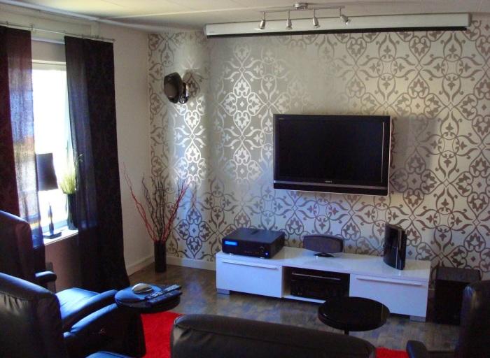 Гостиная комната в стиле минимализма с роскошными обоями в зоне для просмотра телевизора.
