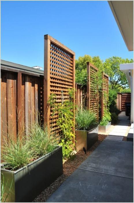 Деревянная панель для вертикального озеленения - отличное решение для экономии пространства на небольшом участке загородного дома.