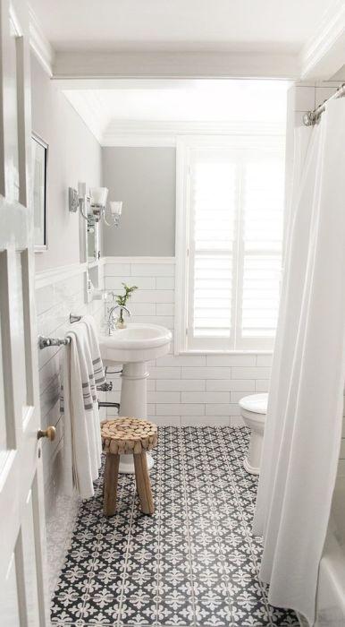 Светлые оттенки в ванной комнате помогут создать расслабляющую атмосферу.