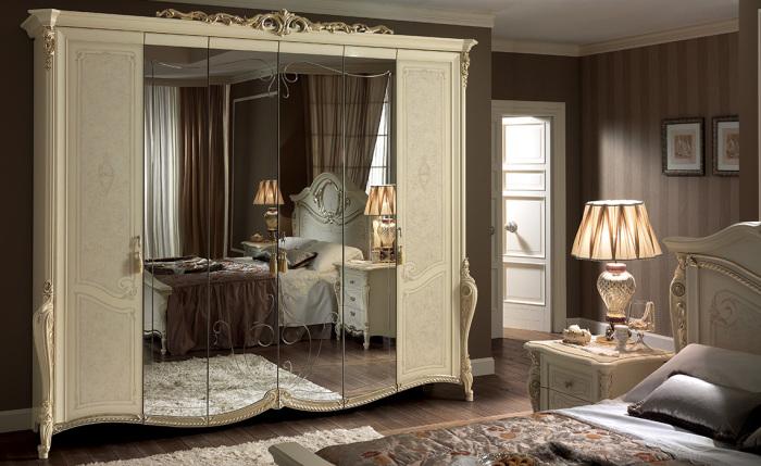 Аккуратный бежевый шкаф с большим зеркалом подходящий для любого интерьера.