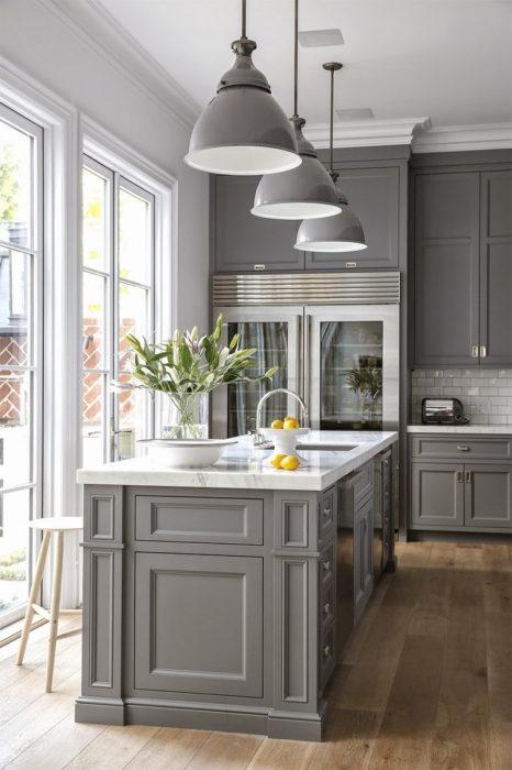Серый - классический выбор цветовой гаммы для кухонных шкафов.