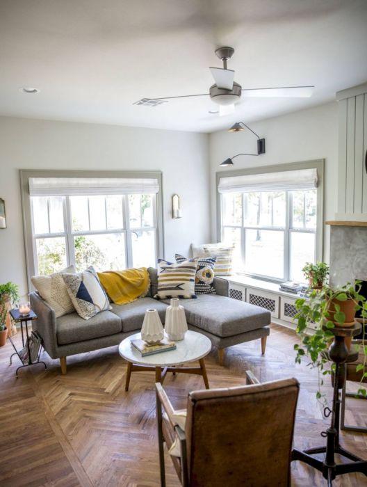 Просторная гостиная комната с мягким угловым диваном, который является центральным элементом.
