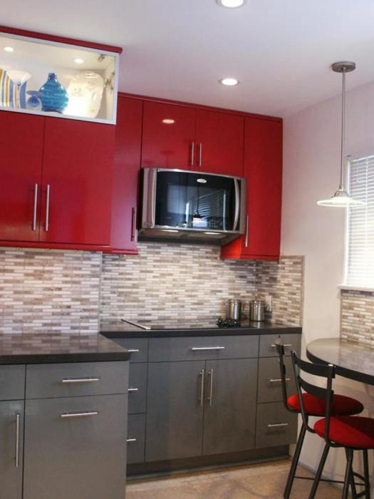 Элитная мебель зачастую изготавливается из натуральной древесины. На фото представлена светлая кухня с серым и красным гарнитуром.