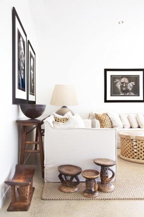 Светлая гостиная комната с множеством декоративных элементов из натурального дерева.