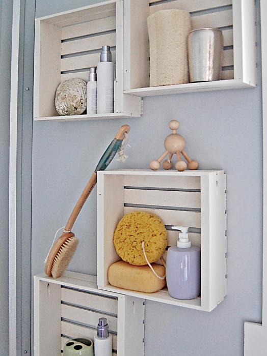 Полочки из старых деревянных ящичков, которые отлично подойдут для хранения шампуней и мыла.