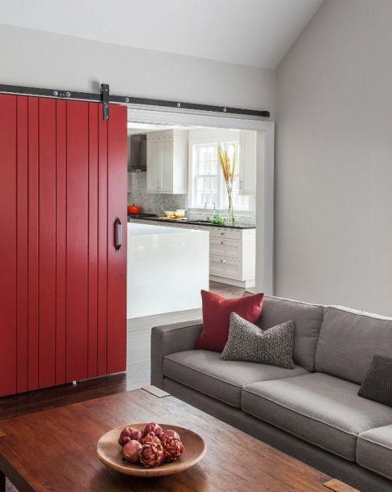 Дорогая раздвижная межкомнатная дверь из красного дерева.