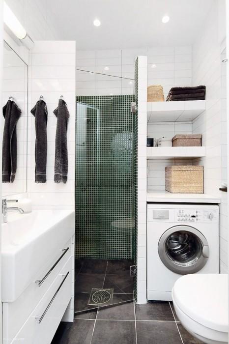 Оригинальный дизайн интерьера ванной комнаты в современном стиле с акцентной стеной зелёного оттенка.
