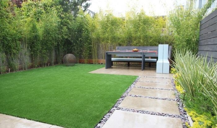 Бетон - самым экономичный и практичный материал для декора садового участка.