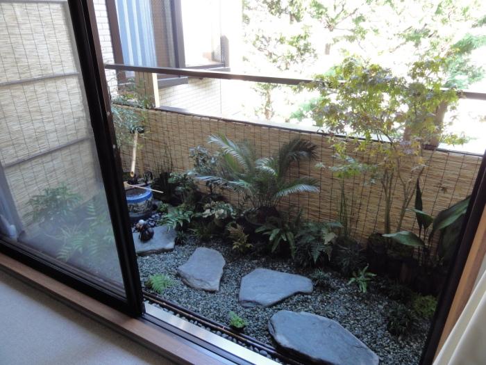 Маленький декоративный сад в японском стиле, который сразу привлечет к себе внимание гостей.
