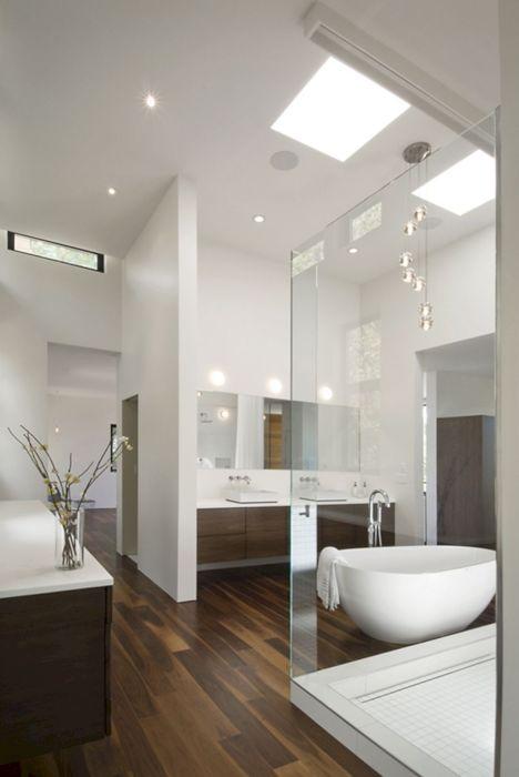 Просторная ванная комната, в которой пространство разделено на несколько функциональных зон.