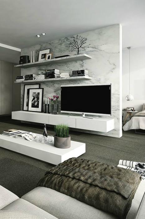 Декоративный камень, имитирующий мрамор в современном интерьере гостиной комнаты.