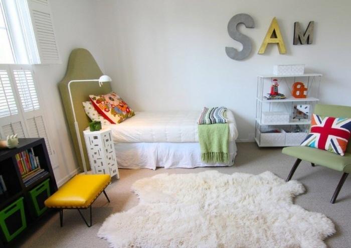 Небольшой ковёр из искусственного меха, который будет органично смотреться в интерьере детской комнаты.