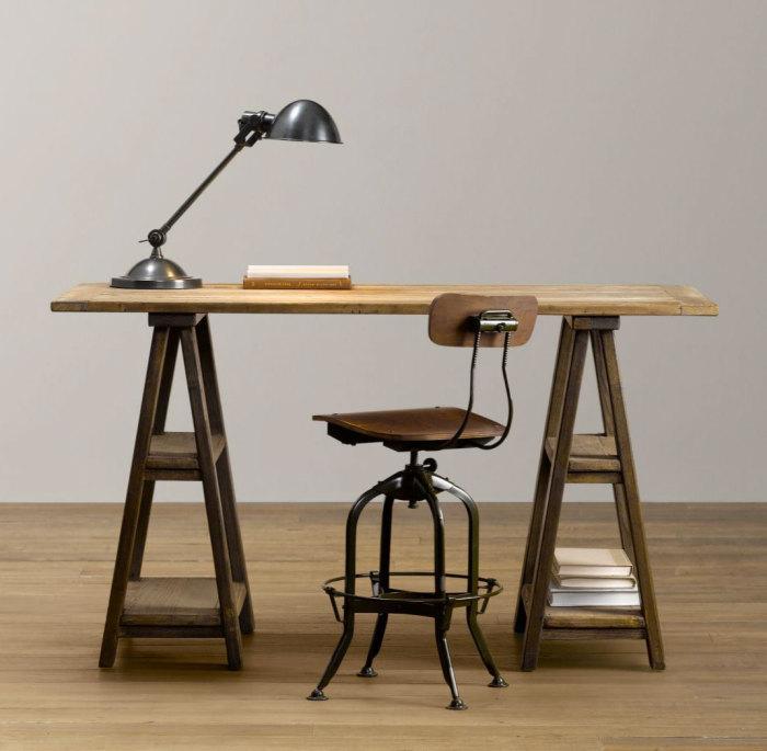 Изящный стол и стул, которые сразу же бросаются в глаза и вызывают восхищение.
