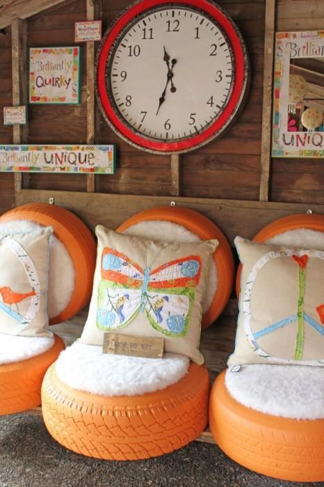 Удобные сидения из автомобильных шин, покрашенных в оранжевый цвет.