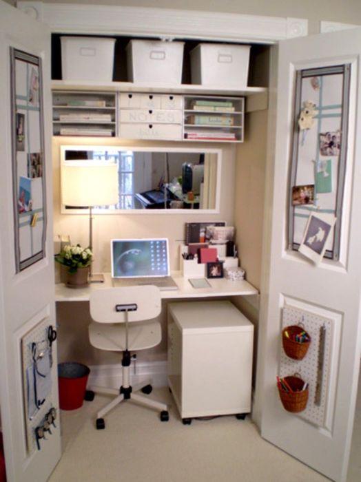 Небольшое подсобное помещение можно превратить в стильный и уютный кабинет.