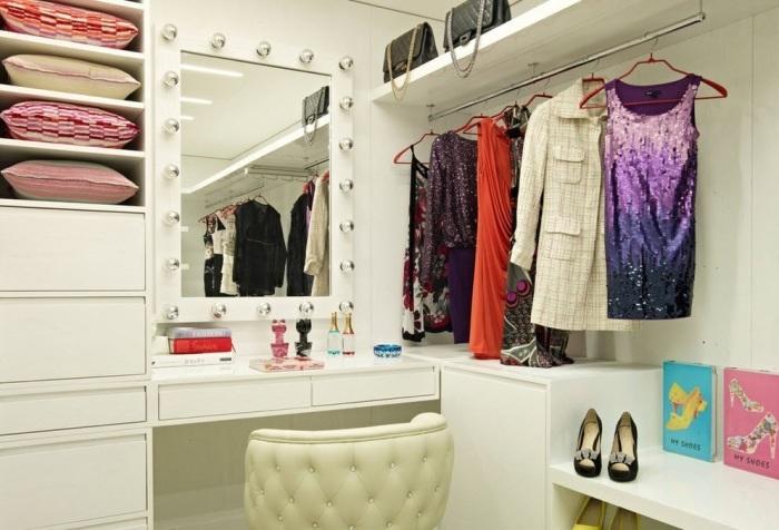 Туалетный столик с зеркалом - отличное решение для женской гардеробной комнаты.