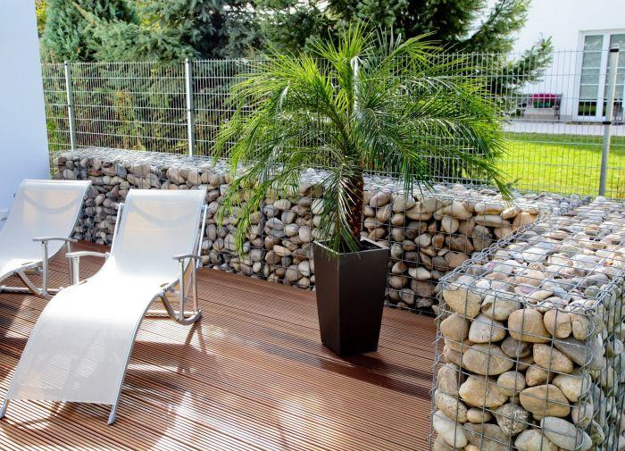 Невысокая габионная конструкция, которая успешно выполняет роль ограды.