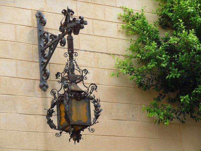 Кованый подсвечник, которой придаст современному интерьеру готический стиль.