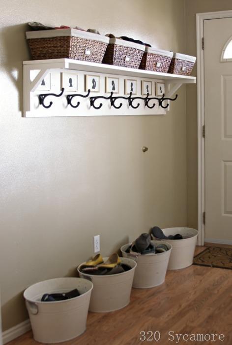 Плетёные корзины способны сделать интерьер прихожей более уютным и привлекательным.